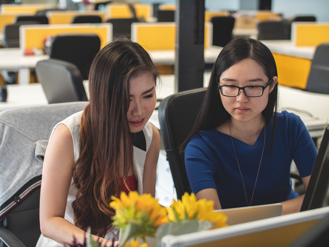 Mimi Thian photo, Unsplash, two Asian women working at a computer, managing a project